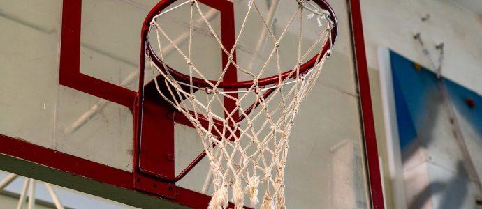 Basketballkorb in einer Halle