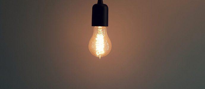 Lampe hängt von der Decke und ist an