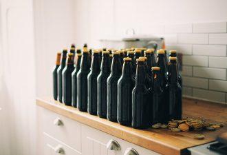 Pfandflaschen aufbewahren auf einer Küchentheke