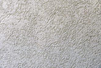 Wand mit einer Putzpistole verputzt