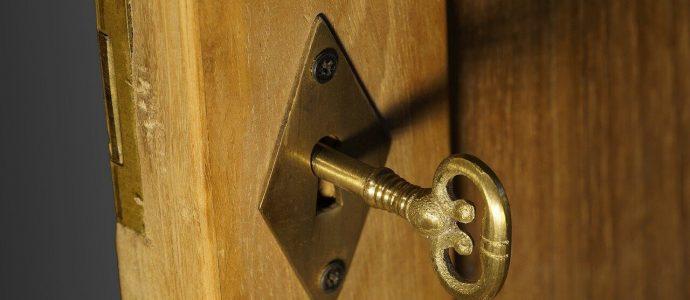 Schlüssel in einer Holztür