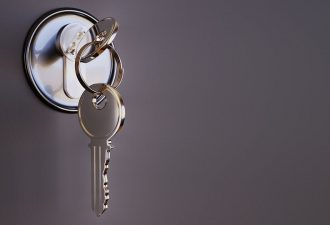 Schlüssel steckt in einer grauen Tür fest