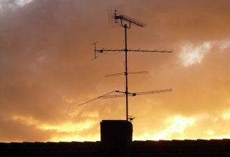 Antenne mit Antennensignal auf einem Dach