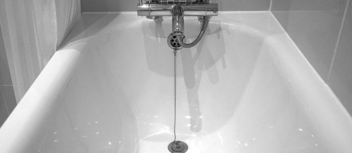 Leere Badewanne, da der Wasserverbrauch zu hoch war