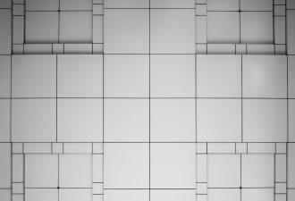 Wand mit verschieden großen R12 Fliesen