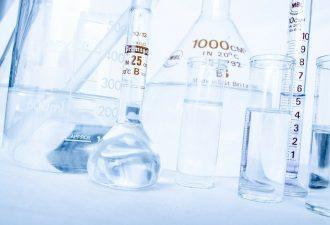 Chemielabor mit Karaffen und Ähnlichem