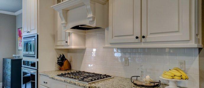 Küchenzeile mit Edelstahlherd