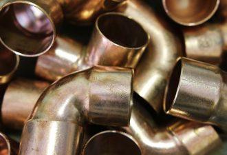 Kupferrohre liegen durcheinander