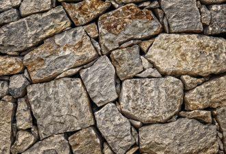 Wand mit Steinen gemacht mit Steinknacker