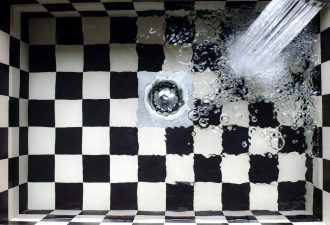 Waschbecken mit geschlossenem Deckel