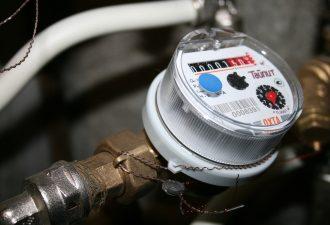 Wasserzähler angeschlossen mit weißem Rohr