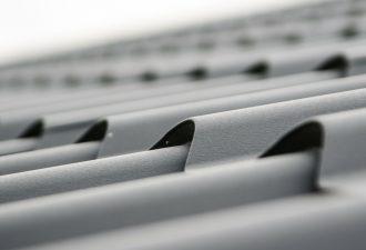 Dachplatten transparent auf einem Dach