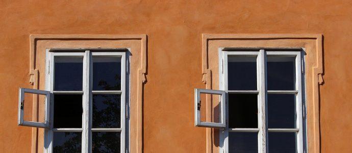 Alter Fenster an orangener Wand