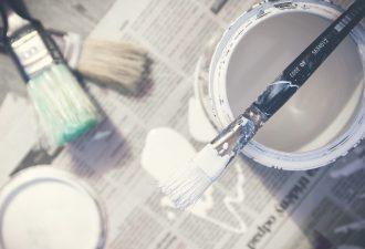 Weiße Farbe um Holz zu lasieren