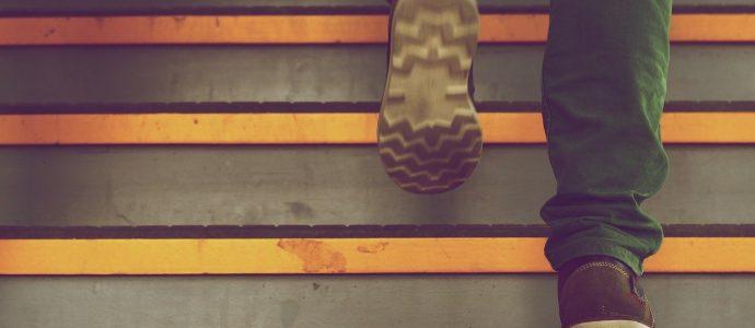 Person die Treppen hochgeht