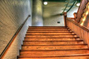 breite Treppen in einem Wohnhaus