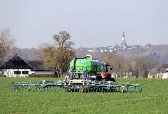 Traktor mit Gülle für spätere Güllenpumpenbearbeitung