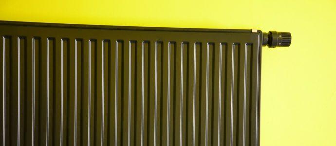 Braune Heizung an einer gelben Wand