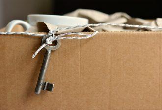 Umzugskarton mit Shlüssel im Falle einer Mieterhöhung und dem darauffolgeenden Umzug