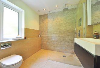 Badezimmer mit Wandnische in der Dusche