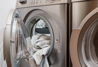 Waschmaschine mit weißem Handtuch un dem Potential für ein Waschmaschinen Überschrank