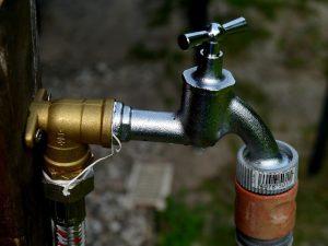 Wasserhahn zur Regulierung des Hauswasserwerks und der Gartenpumpe