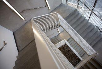 Grau Weiß gestrichenes Treppenhaus