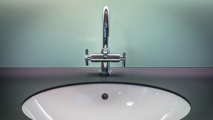 Wasserhahn zudrehen – Richtung und Hinweise