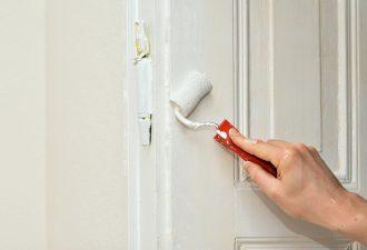 Tür streichen ohne schleifen mit weißer Farbe