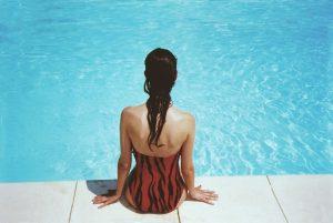 Pool Beckenrandsteine Alternative auf dem eine Frau sitzt