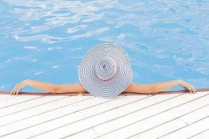 Frau chillt im Pool, der durch eine Pulmpumpe mit Gas warmgehalten wird