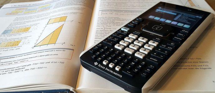 Taschenrechner auf Buch